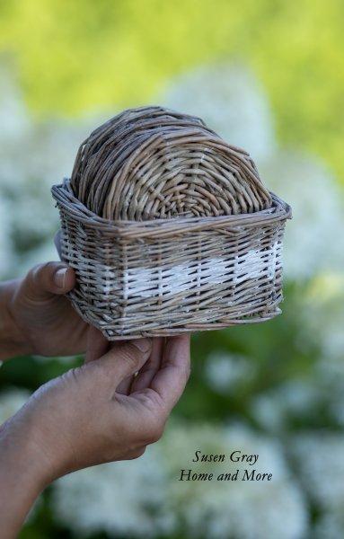 Stylowy komplet wiklinowych podkładek pod kubki w ozdobnym koszyczku | dodatki |