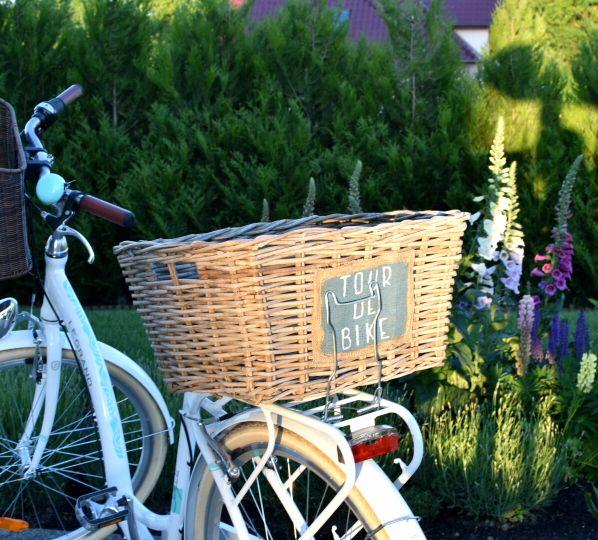 Koszyk wiklinowy na rower z napisem